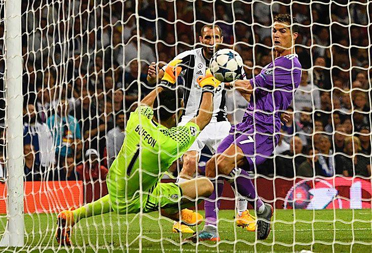 El gol que selló la victoria. Cristiano Ronaldo acaba de patear la pelota al arco, para marcar el tercer tanto del Real Madrid, el que le aseguró el festejo.