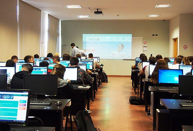 Beneficios. Estudiar a través de un dispositivo informático permite resolver problemáticas complejas, creando espacios en red donde se integran saberes y culturas.
