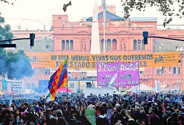 """CIERRE. """"La marea feminista no se detiene, pero el Estado nos responde con represión"""", se quejaron las mujeres en el acto central."""