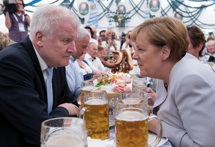 En campaña. La canciller participó de un acto partidario con Horst Seehofer, premier de Baviera.