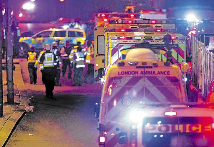 Socorristas.Ambulancias en el Puente de Londres y un tuit con el que Trump expresó su solidaridad con Gran Bretaña.