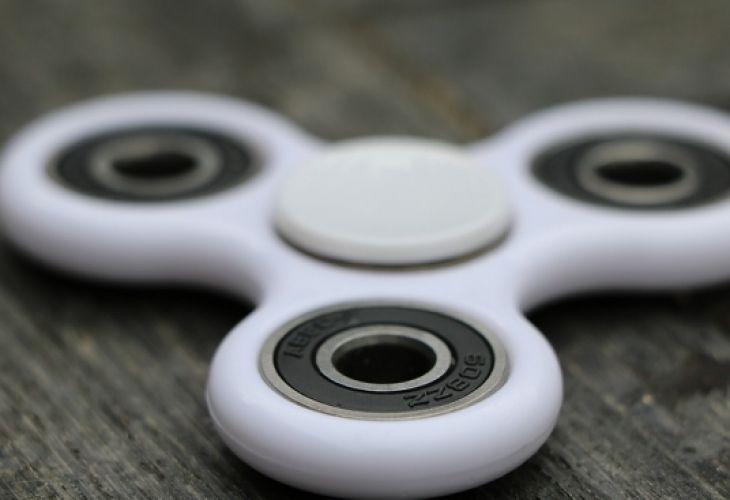 El juguete, que consta de un rulemán que se hace girara, causa furor en todo el mundo.