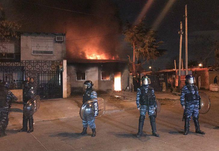 Vecinos incendiaron la casa del presunto asesino de la criatura de 3 años muerta en Lomas.
