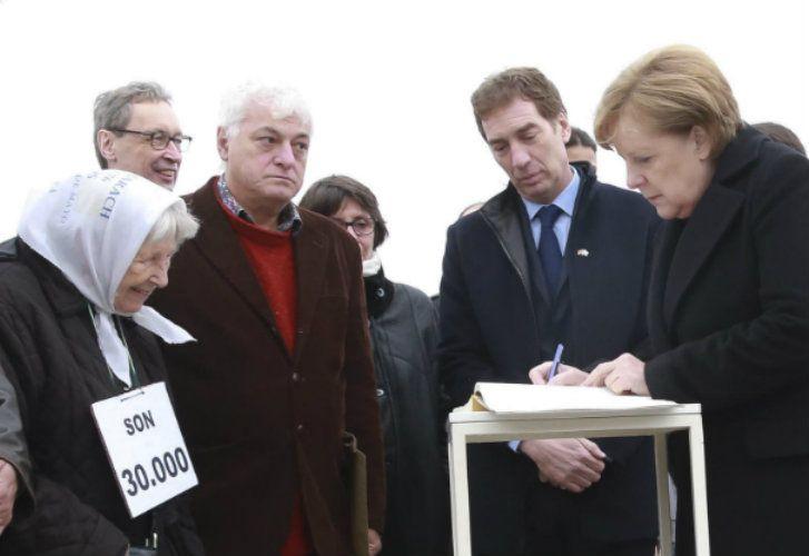 Vera Jarach junto a Angela Merkel en el Parque de la Memoria