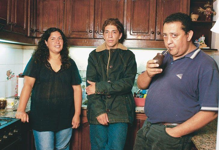 Luis D'Elía, junto a su hijo Pablo y su mujer. El piquetero logró en 2008 que la Anses le diera empleo en su barrio a tres de sus hijos. En 2011 contrataron al cuarto.
