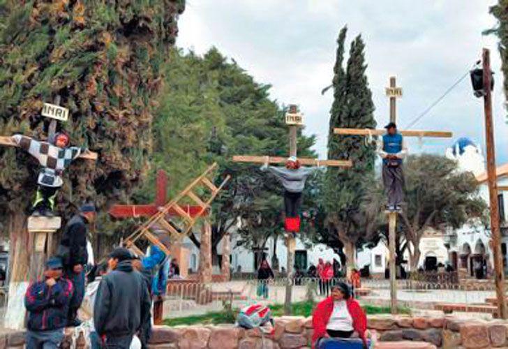 En Humahuaca, un cura ató a una cruz a un niño de nueve años en un acto para escolares