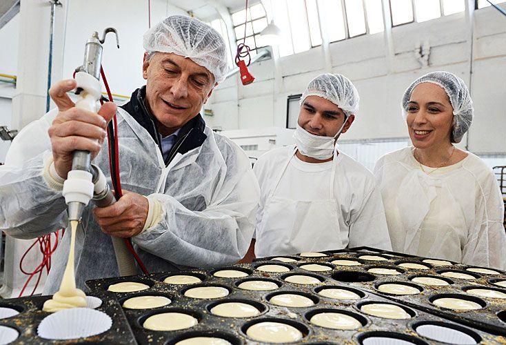 Manos en la masa. El presidente Mauricio Macri y la gobernadora María Eugenia Vidal visitaron ayer una pastelería en Vicente López.