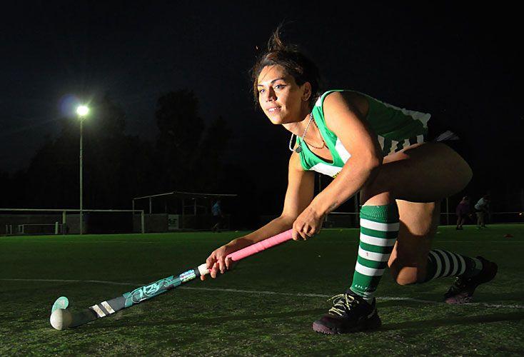Una lucha. Saira nació en Río Negro hace 27 años y juega desde los 5. Una jueza obligó a la Asociación Bahiense de Hockey a que la fichara, pero la entidad apeló la medida.