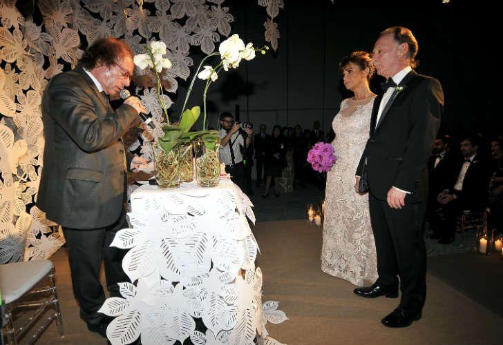 Gustavo Weiss y su esposa durante la ceremonia
