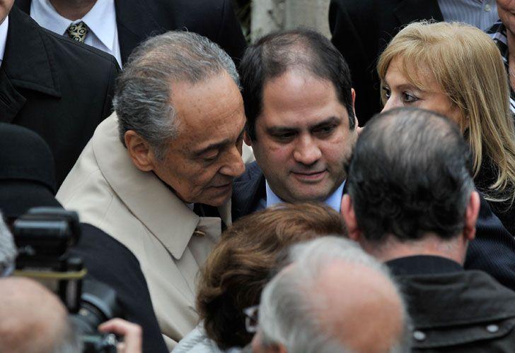 Héctor Magnetto abraza a Felipe Herrera de Noble