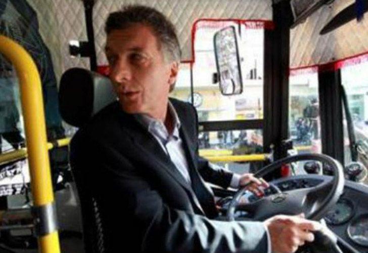 Mauricio Macri, de marcha atrás con un colectivo.