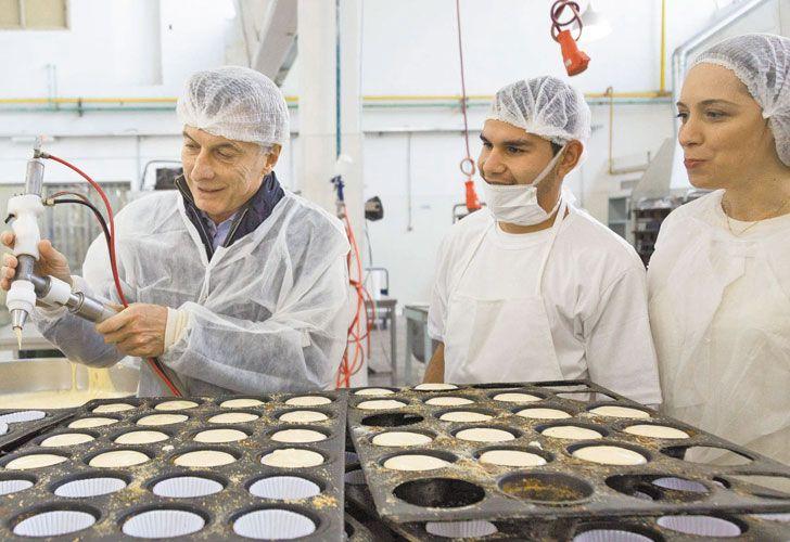 PUNTITA. El Presidente decora una masa al visitar una fábrica de galletas semanas atrás.