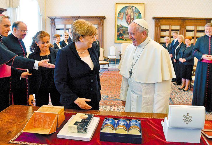 Regalos. Merkel le llevó dulce de leche e hizo reír al papa.