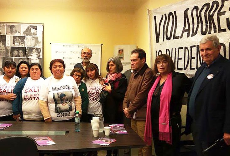 Reclamo. La mamá repudió el fallo y fue apoyada por los padres de Lola Chomnalez, entre otros.