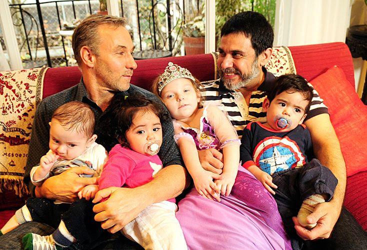 Juntos. Horacio y Carlos, con Vigo, Aira, Alma y Vincent, sus hijos, que nacieron por gestación por sustitución.