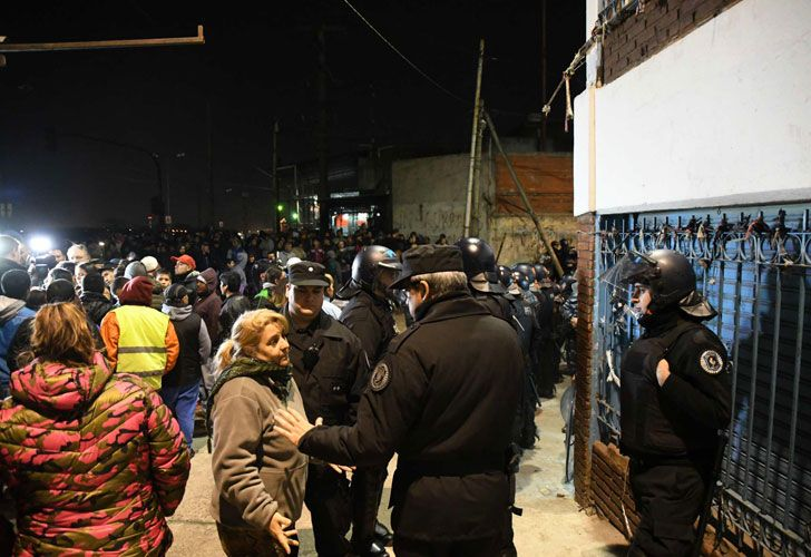 Cientos de puesteros esperan entrar a las ferias de La Salada rodeados de una fuerte custodia policial