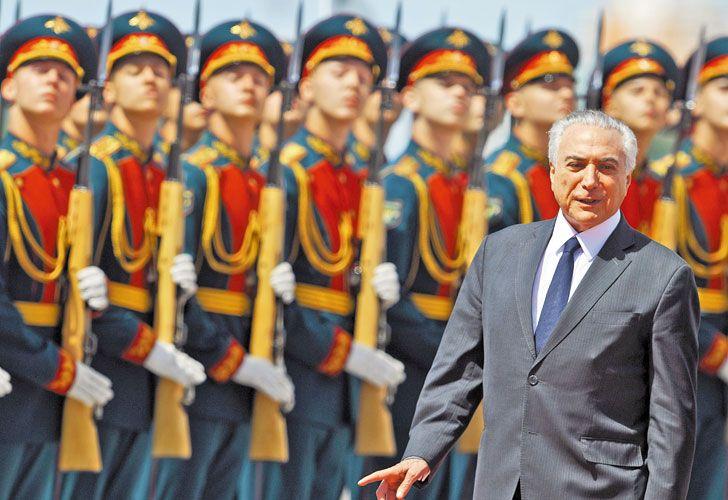 Bajo observacion. El mandatario brasileño desfila ante una guardia de honor rusa durante su visita oficial de esta semana a Moscú.