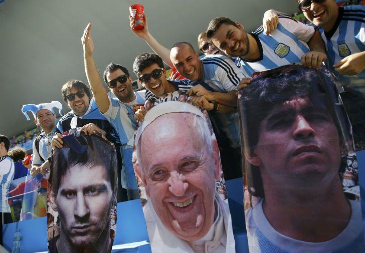 Los argentinos somos narcisistas y soberbios. Tenemos a los mejores del mundo: Messi, el Papa y Maradona.