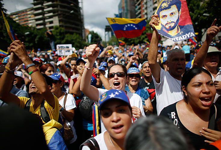 banderas. Los antichavistas protestan hace tres meses y medio contra el gobierno, que se aferra al poder con una reforma constitucional.