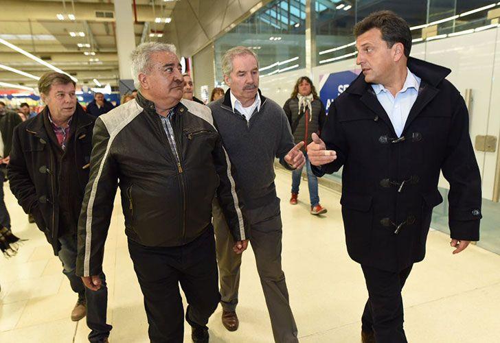 Sergio Massa junto a Felipe Sola visitando el partido de La Matanza