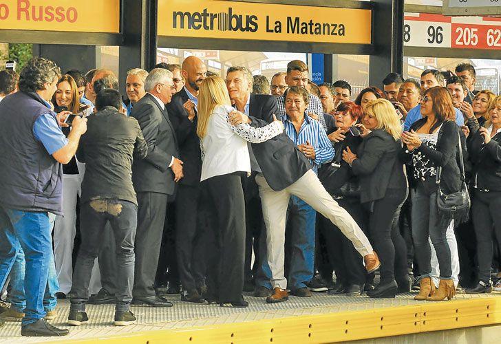 Disputa. Macri y Magario, durante la inauguración del Metrobus, en mayo. Cristina con la intendenta, Taiana y Espinoza, ayer, en un hospital de La Matanza. Macri critica la corrupción; los K, la economía.
