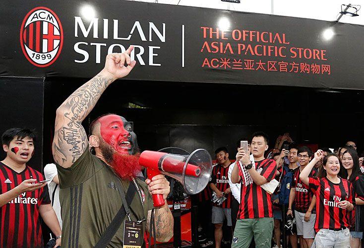 IDENTIFICACION. La presencia del plantel en China para la pretemporada disparó la adhesión de hinchas locales. Milan también ganó ese mercado.