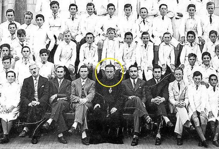 Pasado. La foto es de 1944, cuando Mac Conastair estaba en Capitán Sarmiento. Después fue al Newman.