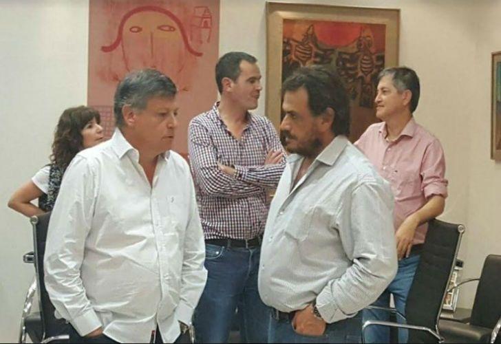 El gobernador Domingo Peppo festeja la victoria en Chaco junto con Daniel Caran, diputado provincial en Corrientes.