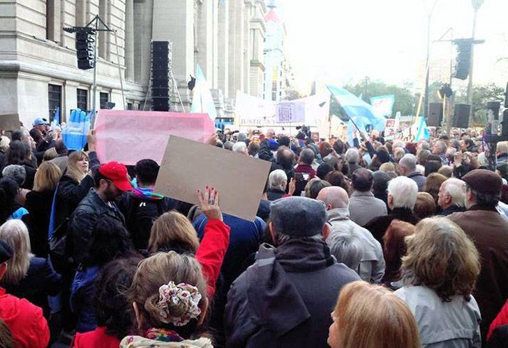 Cientos de personas marcharon frente al Palacio de Tribunales para reclamar el avance de las causas de corrupción.