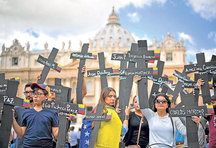 Plegaria. Venezolanos rezaron semanas atrás en la Plaza de San Pedro por las víctimas fatales.