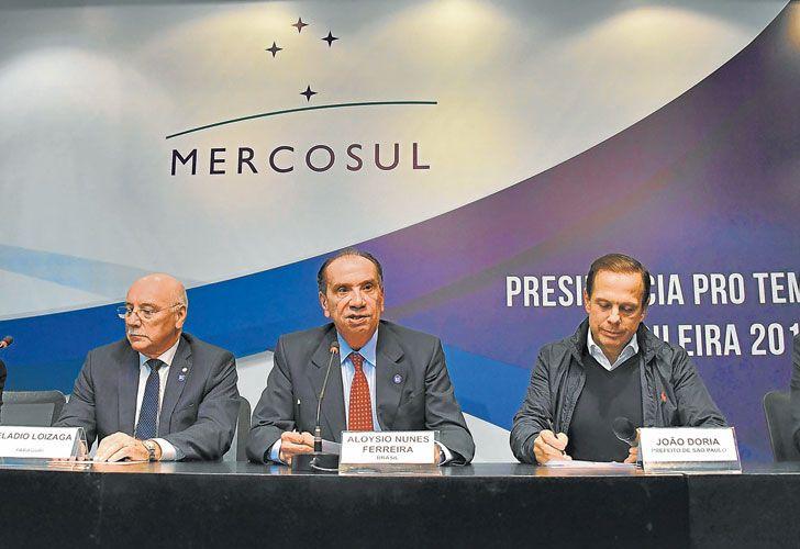 Presion. Los cuatro cancilleres anunciaron ayer su decisión junto al alcalde de San Pablo.