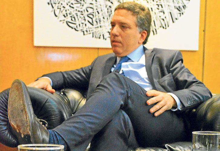 El ministro DUJOVNE, en su despacho.