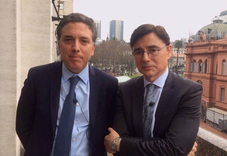 Nicolás Dujovne junto a Jorge Fontevecchia en el balcón del Ministerio de Hacienda, frente a Casa Rosada.