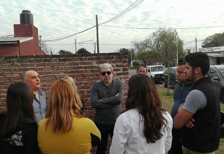 Aníbal Fernández charla con un puñado de vecinos de la ciudad bonaerense de Colón. Todavía conserva un grupo de fieles seguidores que lo defiende