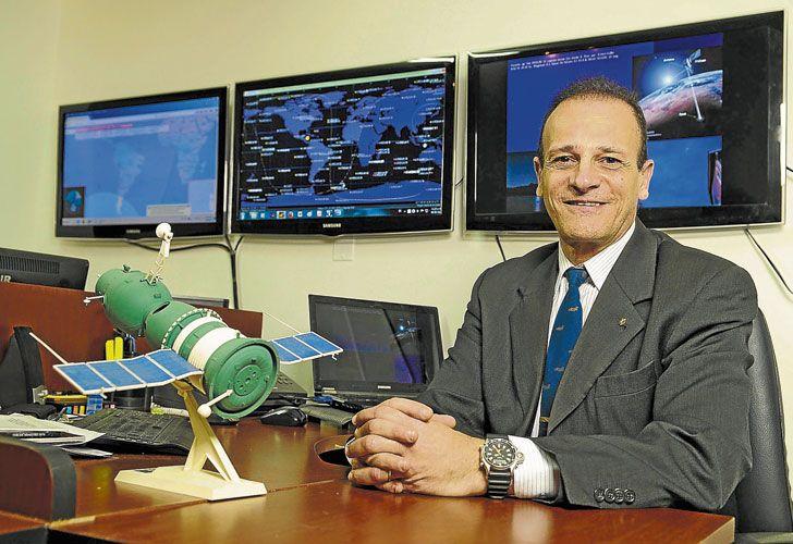 Experto. Ruben Lianza, en su oficina del Edificio Cóndor. Fue piloto de prueba y jefe de la Base Marambio. Hoy investiga ovnis.