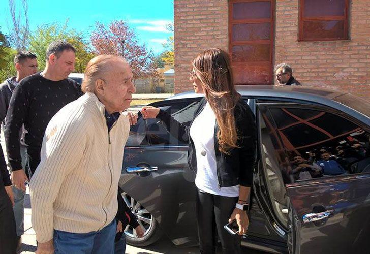 El precandidato a senador por la lista La Rioja Federal llegó, acompañado de su hija Zulemita y nietos, a la escuela Caudillos Riojanos en el barrio Libertado a emitir su voto.