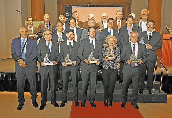 """Galardon. Todos los premiados posan con las estatuillas de los premios Fortuna, tras la ceremonia en la Bolsa de Comercio. """"Con la grieta no se puede crecer"""", resaltó en su discurso Jorge Fontevecchia, CEO de Perfil Entertainment."""