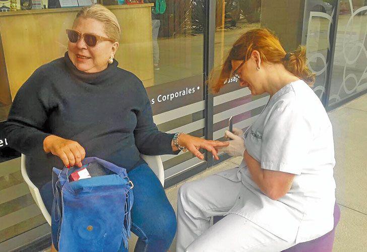 Manicura. En plena veda, Lilita difundió ayer una foto haciéndose las manos. El domingo estuvo con Vidal y Ocaña con Susana.