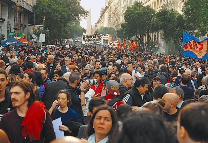 Multitud. Según afirmaron los organizadores, hubo más de 200 mil personas ayer en la Plaza de Mayo entre agrupaciones de izquierda, organismos de derechos humanos, militantes kirchneristas y familias sin encuadramiento partidario alguno.