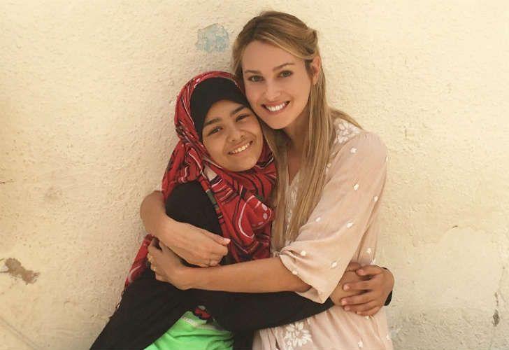 Nieves y Sidra, una refugiada siria de 12 años que aprende capoeira en Jadal, un centro comunitario en Amman.