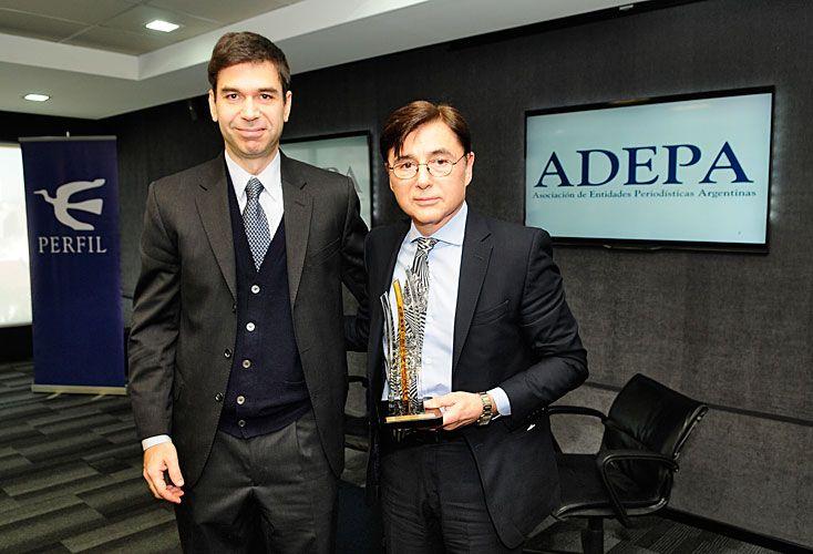 Galardón. En el auditorio de Editorial Perfil, Fontevecchia y su premio, junto a Daniel Dessein, de Adepa.