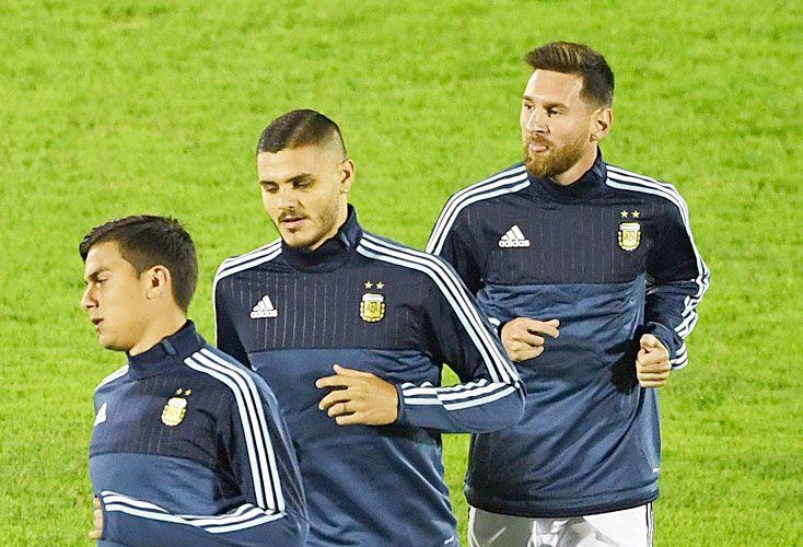 Tridente. Dybala, Icardi y Messi, en el calentamiento previo en el Centenario de Montevideo. Durante el partido, casi no pudieron juntarse.