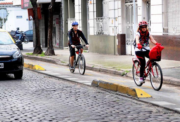 Entre adoquines. En las calles de Flores, los ciclistas usan sus carriles aún con poco tránsito.