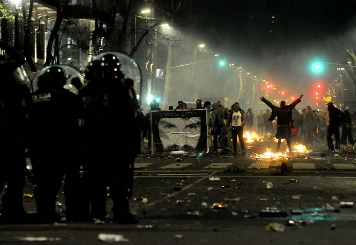 Manifestantes se enfrentaron con policías, prendieron fuegos y realizaron pintadas en distintos edificios céntricos.