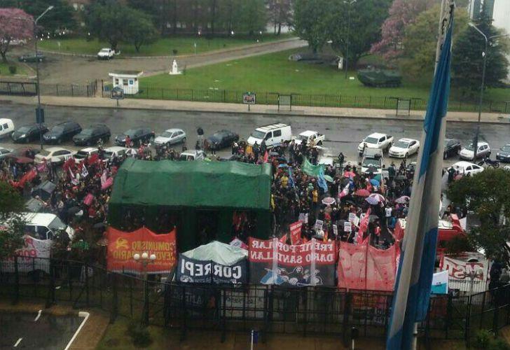 Organizaciones sociales se concentran durante la indagatoria a los detenidos del viernes en Plaza de Mayo.
