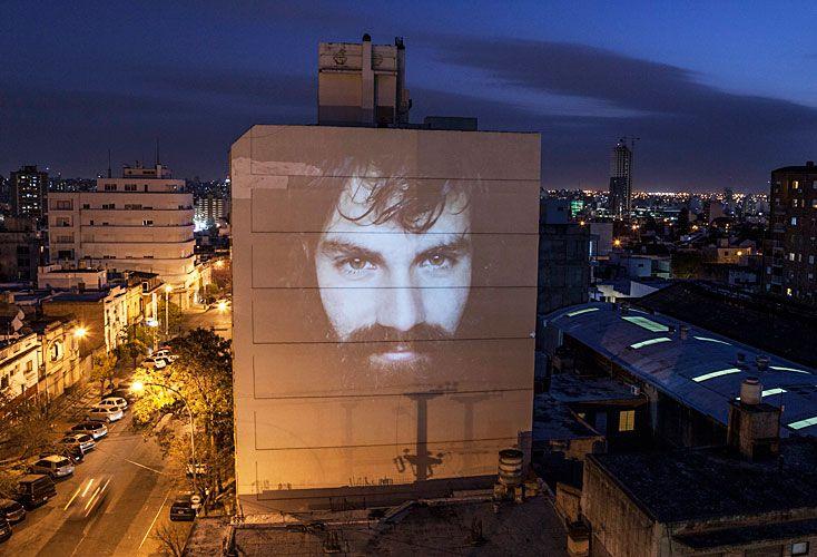 Arte. Gabriel proyectó a Maldonado sobre un edificio y a Julio López sobre los arbustos de un río.