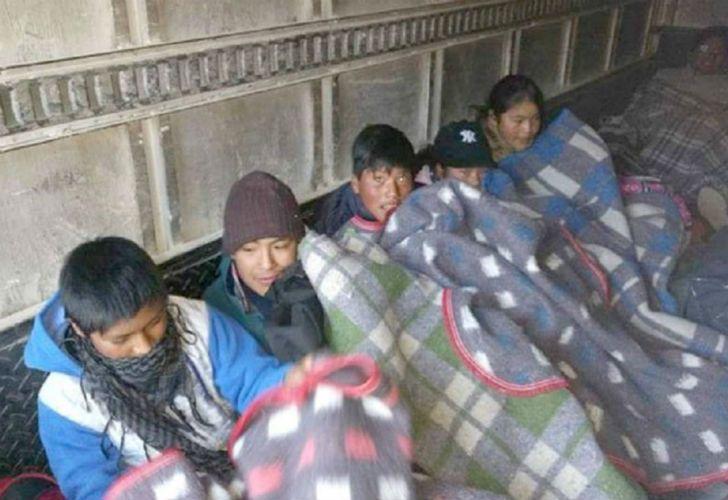 Alumnos de una escuela de Jujuy fueron trasladados en un camión frigorífico para una excursión.