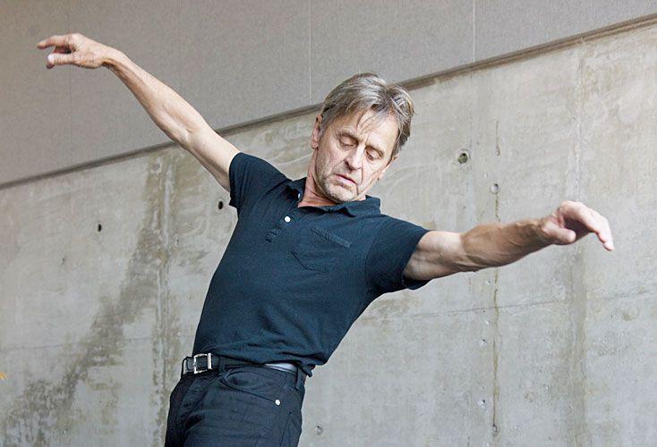 El gran bailarín se presenta en la Argentina con un espectáculo sobre los diarios de Nijinsky, donde el artista relata su esquizofrenia.