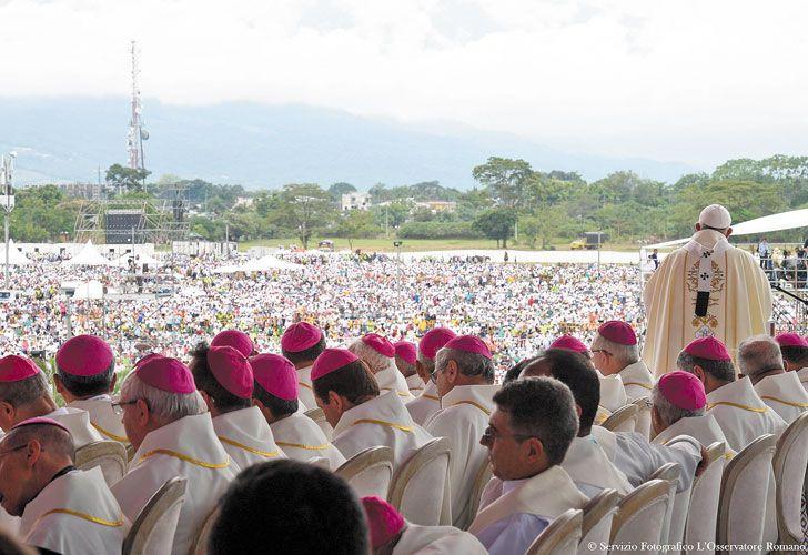 Visita y furor. En el tercer día de su itinerario colombiano, el Pontífice estuvo en Villavicencio, en los Llanos Orientales, una de las zonas más castigadas por el conflicto armado. Fue agasajado por pueblos originarios y encabezó una multitudinaria misa.