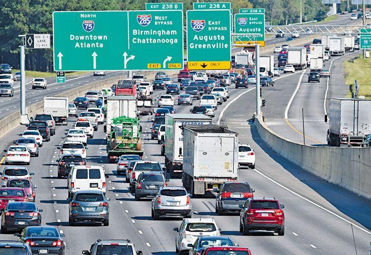Florida. Miles de personas en la autopista, rumbo al norte del estado, mientras los comercios se protegen de los poderosos vientos que se esperan para el domingo.
